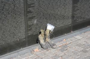 Tribute-at-Vietnam-Memorial-Wall-1024x682